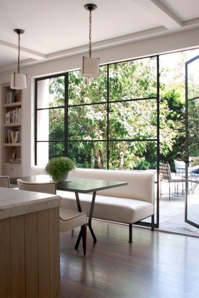 پنجره شیشهای بزرگ آشپزخانه